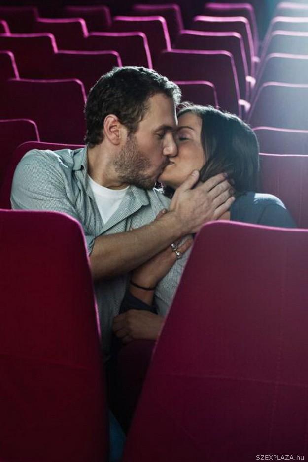 Szex a moziban vibrátoros szexshop eszközzel